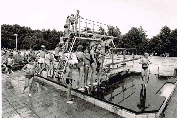 ek-17-foto-jan-buwalda-drukte-in-zwembad-scharlakenhof-ca-1985-1200E056C1E4-BBCB-012A-D165-71AC1E03F946.jpg